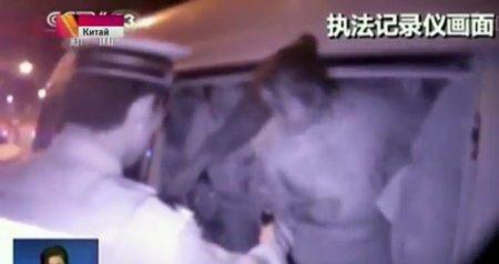 В Китае полицейские, остановившие для проверки минивэн, насчитали в нем 50 человек