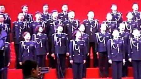 Хор из 80 человек рухнул вместе со сценой в Китае