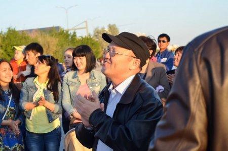 Жители Актау выпустили в небо шары в честь 53-летия Батырхана Шукенова