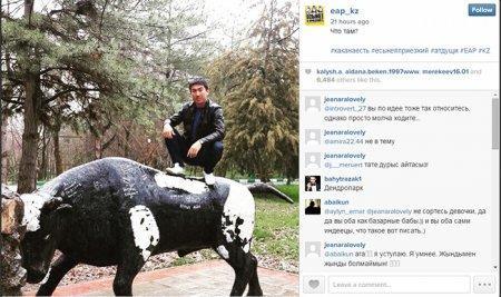 Казахстанцы «запустили» новый флэшмоб: фотографироваться верхом на памятниках