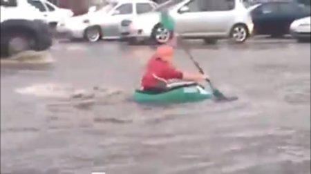 Парень на лодке поплыл по улицам Астаны