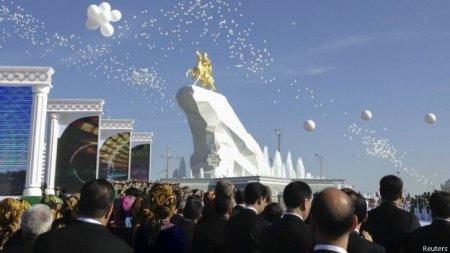 В Ашхабаде открыли позолоченную статую президента