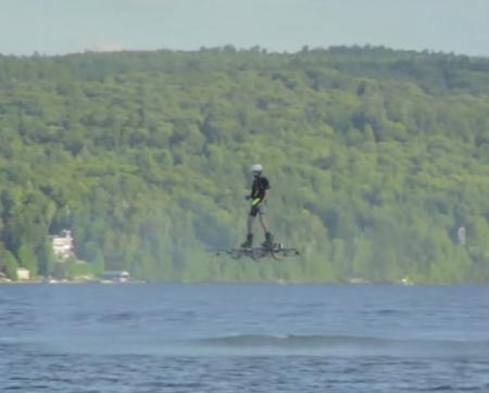 Канадец пролетел 276 метров над водой на ховерборде