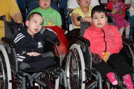 Сотрудники ЦОНа Мангистауской области поздравили пациентов психоневрологического дома-интерната с Днем защиты детей
