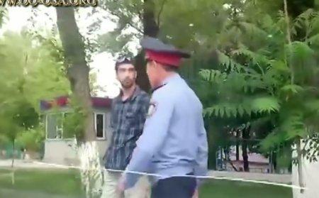 В Шымкенте полицейский набросился на водителя с кулаками, при этом нецензурно выражался и угрожал водителю.