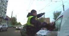 Разбивший стекло ногой самарский полицейский стал героем Интернета