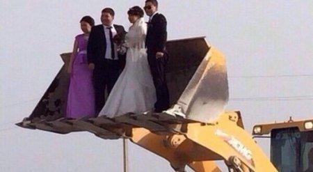 Свадебное фото казахстанских молодоженов вызвало шутки в соцсетях