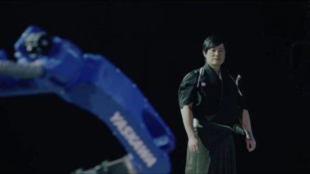Японцы научили промышленного робота владеть катаной и устроили ему соревнование с настоящим мастером боевых искусств