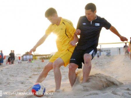 В Актау футболисты открыли летний сезон пляжного футбола