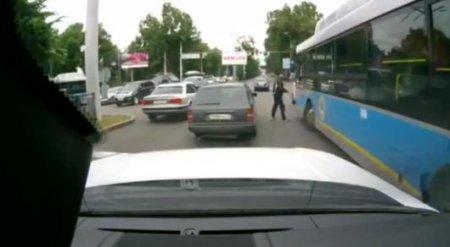 В центре Алматы подрались водители автобуса и автомобиля