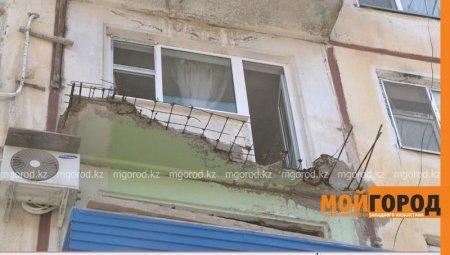 В Атырау обрушился балкон одного из домов