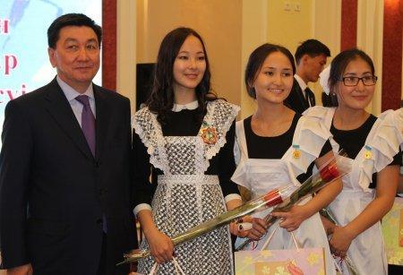 Аким Мангистау вручил знаки отличия лучшим выпускникам школ и призерам олимпиад