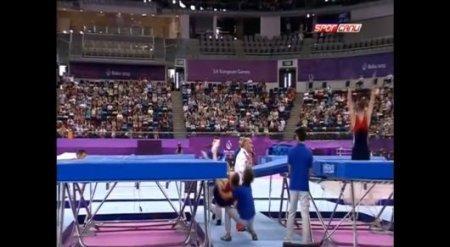 Волонтер спас прыгнувшего мимо батута гимнаста на Евроиграх в Баку