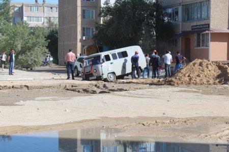 В пятом микрорайоне Актау провалились два автомобиля