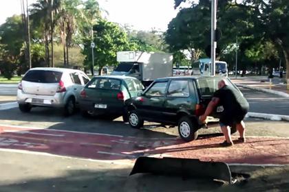 В Бразилии велосипедист руками передвинул мешавшую ему машину