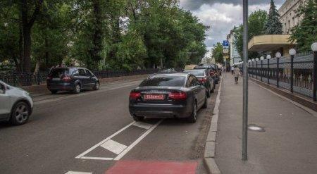 Дипломатов Казахстана уличили в парковке на велодорожке в Москве