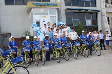 В Актау почтальонам вручили велосипеды