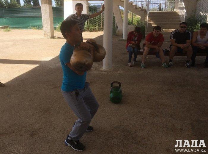 В Актау состоялся турнир по гиревому спорту и армрестлингу среди госслужащих