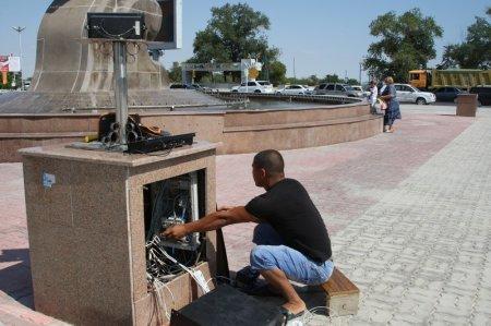 В Актау у городского акимата заработал фонтан