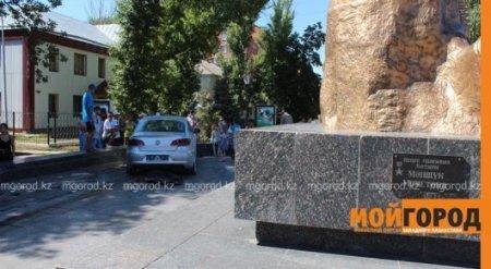 Автомобиль протаранил памятник Маншук Маметовой в Уральске