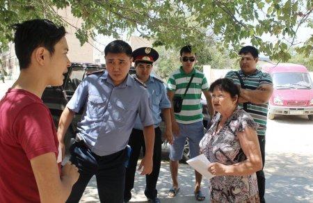 Жители 4 микрорайона Актау сдали сотрудников компании «Батыс Газ Аймак» полицейским