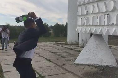 Памятник отшвырнул брошенную в него бутылку