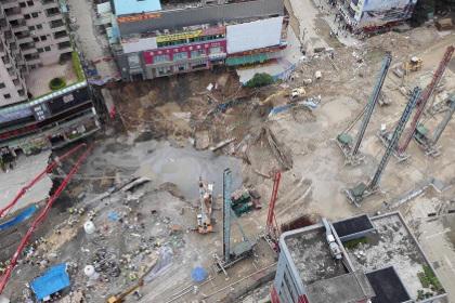 В Китае станция метро провалилась под землю
