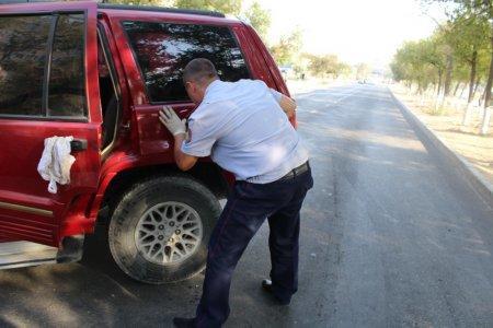 В Актау перекрыли улицу из-за столкновения двух внедорожников