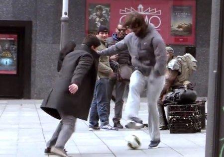 Криштиану Роналду переоделся бомжем и показывал футбольные трюки на улицах Мадрида