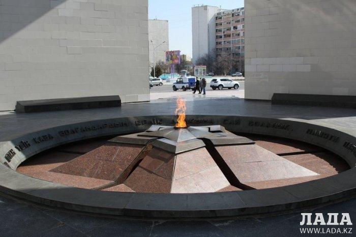 Почему в Актау на мемориале «Вечный огонь» лопается и отлетает декоративная плитка