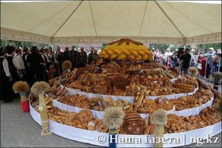 Жители Костаная разграбили хлебную выставку ко Дню города