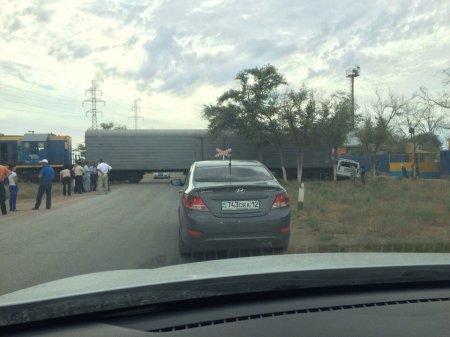 В пригороде Актау «Хаммер» врезался в движущийся состав
