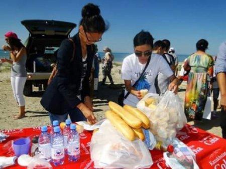 Малоимущие семьи в благодарность за помощь жителей Актау инициировали уборку городского пляжа