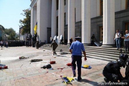 Десятки человек получили ранения во время взрыва гранаты возле Верховной Рады
