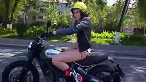 В Алматы полуголая девушка в бикини проехалась на мотоцикле по Аль-Фараби