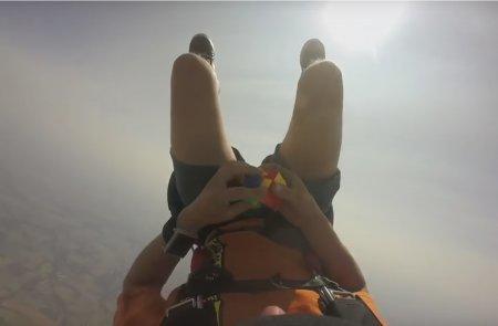 Американский парашютист собрал кубик Рубика в свободном падении