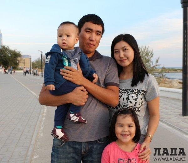 Жители Актау поздравили горожан с Днем семьи