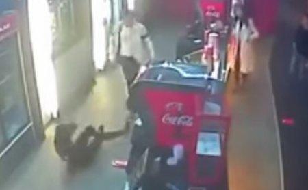 Посетитель казахстанского кинотеатра пнул девушку-кассира