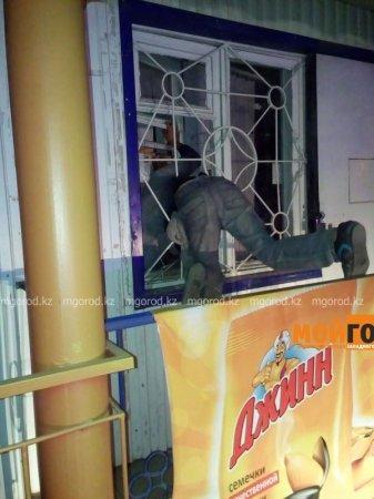 Грабитель продуктового магазина в Уральске застрял в оконном проеме