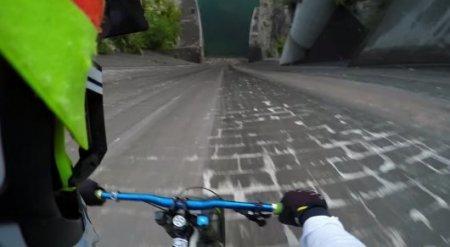 Невероятный трюк: Велосипедист съехал без страховки по отвесной стене