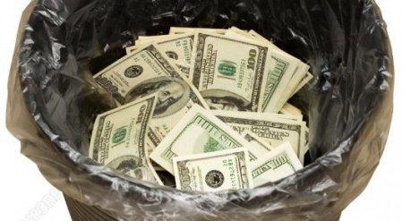 Кассир вынесла 10 тысяч долларов в мусорном ведре из банка в Усть-Каменогорске