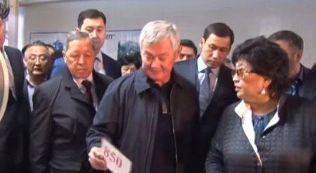 Продавщица пыталась при всех обмануть акима Бердибека Сапарбаева