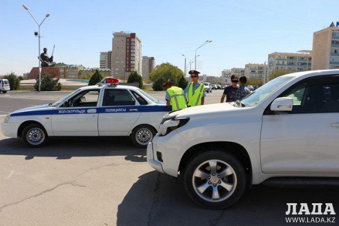 В Актау столкнулись автомобили Land Cruiser Prado и ВАЗ