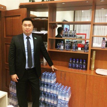 Депутат показал меню из буфета казахстанского парламента