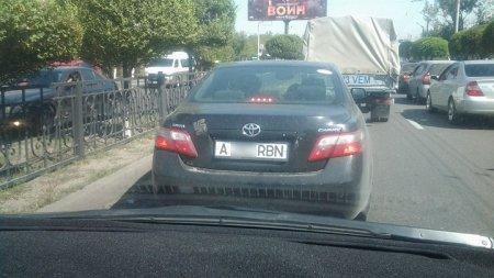 По Алматы разъезжает автомобиль со свастикой: закон бессилен?