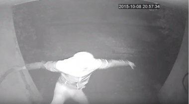 Опубликовано видео нападения на журналистку Боту Жуманову в Алматы