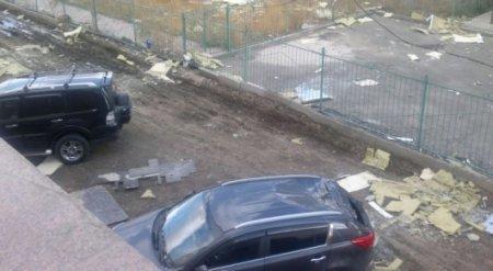 Еще две машины пострадали из-за обрушения облицовки дома в Астане
