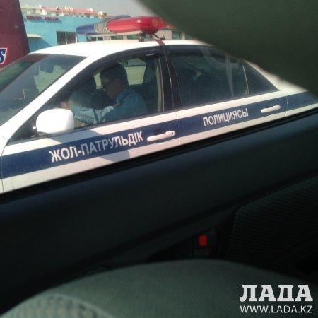 Сотрудник полиции не пристегнут за рулем?