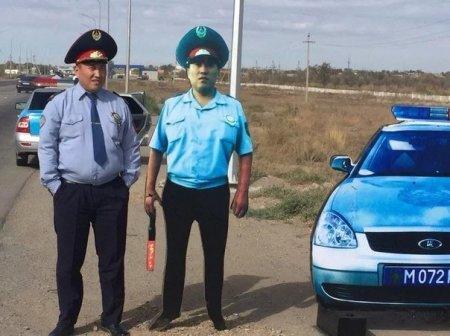 Казахстанских водителей решили запугать «картонными полицейскими»
