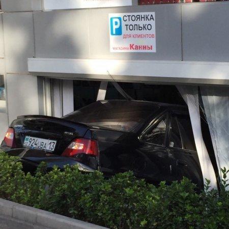 """В Шымкенте водитель легковушки """"припарковался"""" прямо в магазине"""
